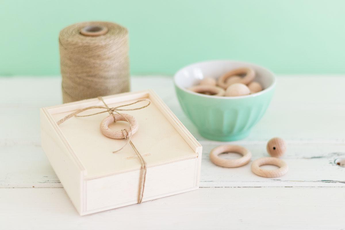 Empaquetar regalos con cajas de madera