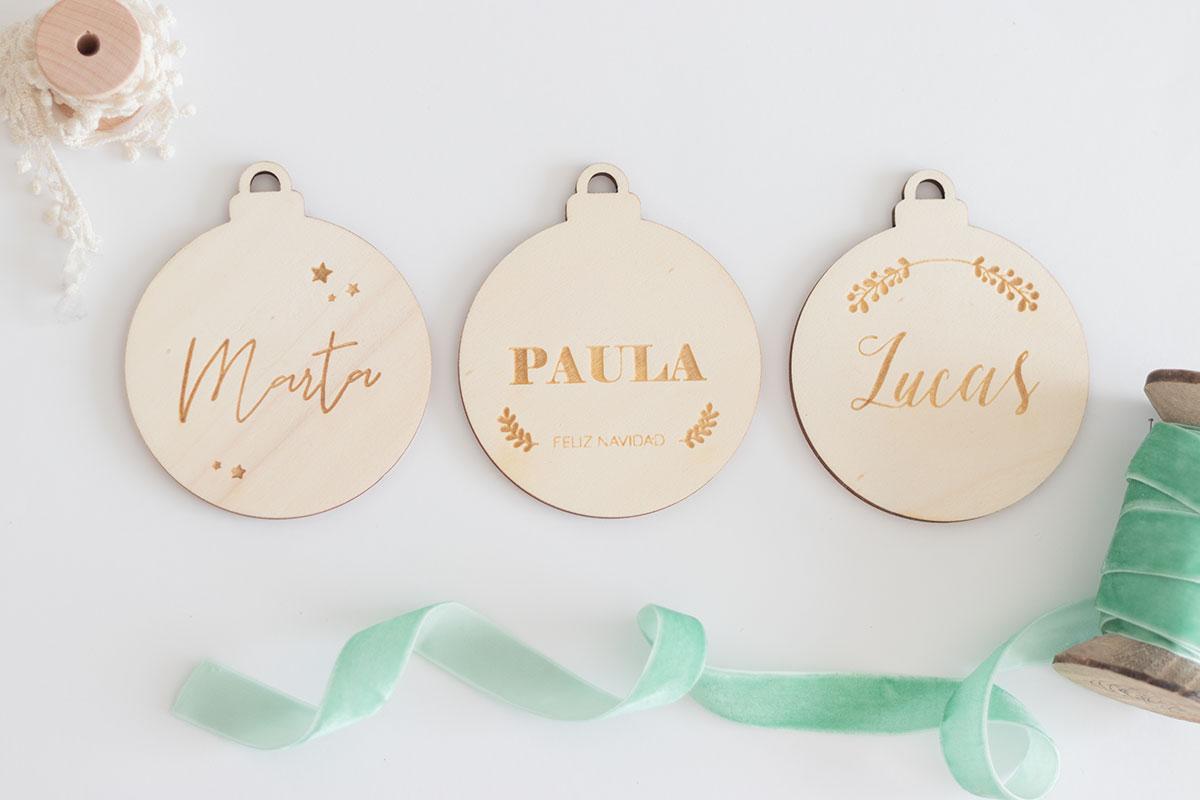 Adornos navideños de madera personalizados