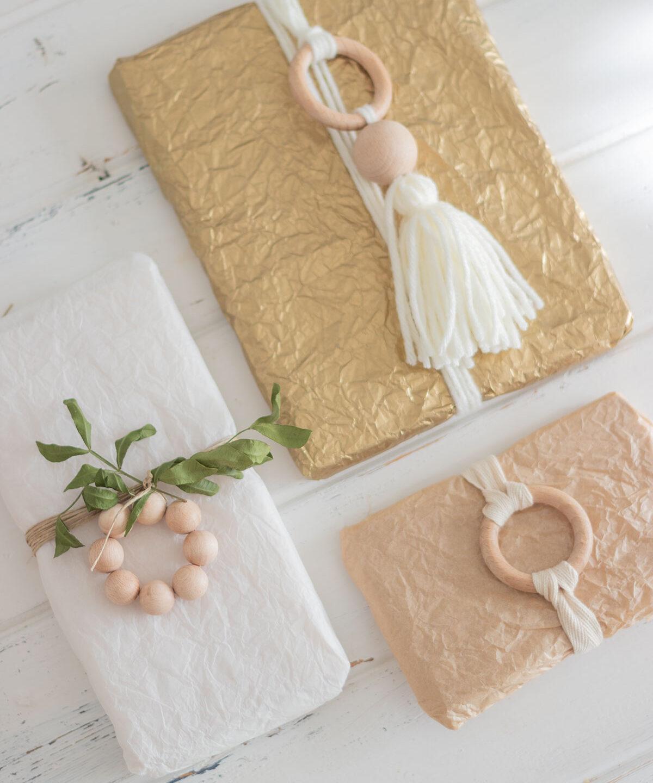 Decora tus paquetes con adornos de madera