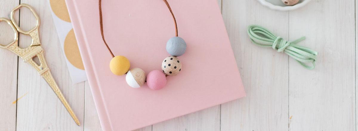 DIY collar de bolas de madera pintadas a mano