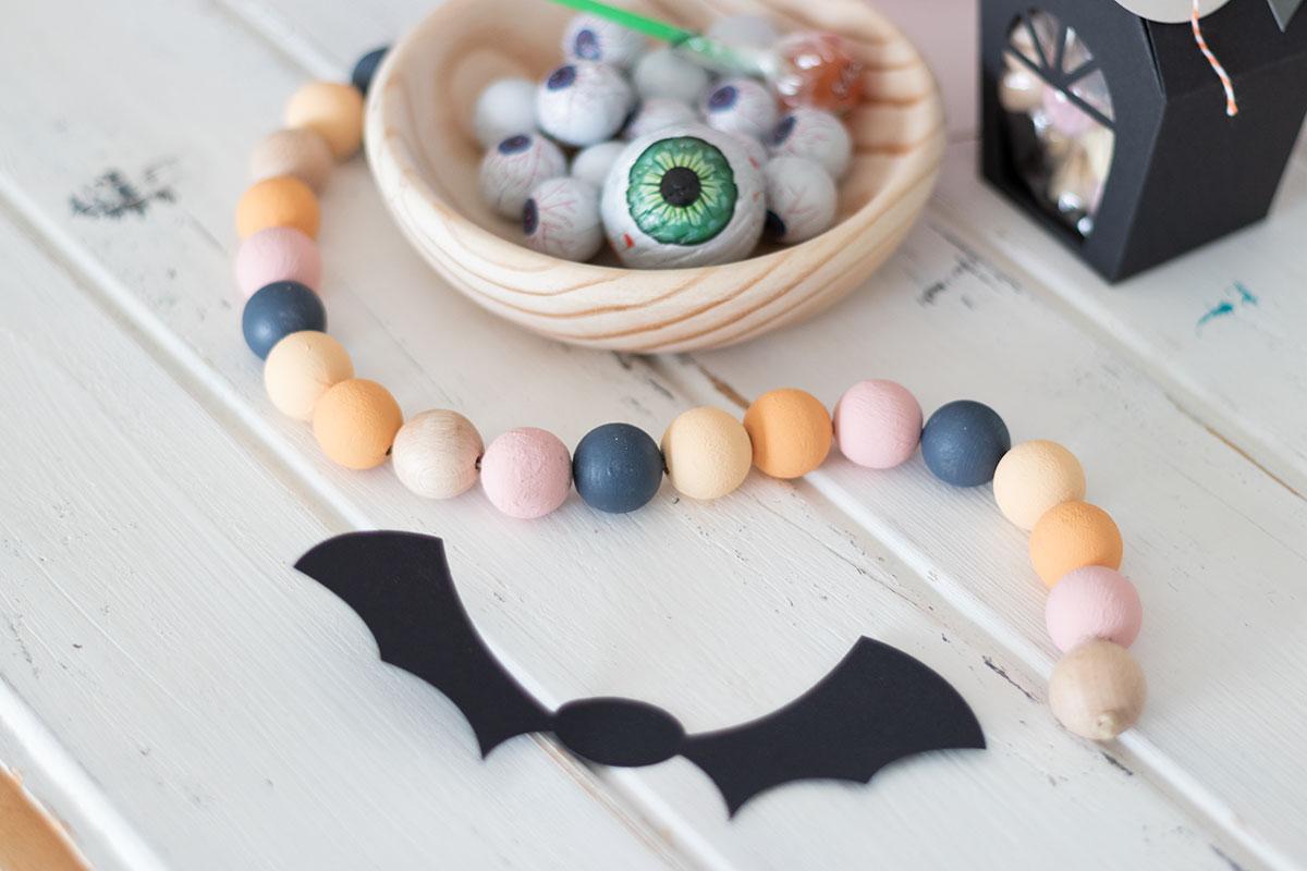 DIY Guirnalda de bolas de madera para Halloween