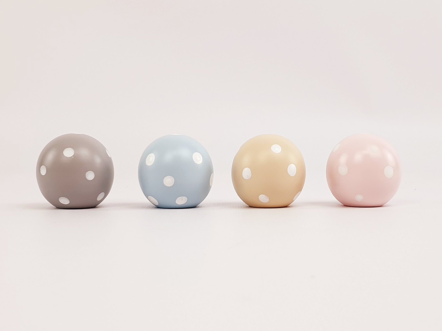 Child's handle Ball Color 4 cm. White polka dots